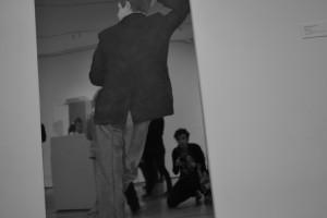 5. Notre corps<br />Dans ce travail nous nous intéressons au corps. Le théâtre fait parler le corps et c'est ce que nous voulons montrer dans cette photographie. Il sert de support aux émotions, et notamment par l'expressivité. En faisant entièrement parti du langage scénique, le corps est un réel instrument de la pensée et du mouvement. Cette photo met en avant la place du photographe dans son œuvre. Quel est le regard de celui qui observe ? Prise au Museum of Modern Art (New York, USA), l'image est en parfaite adéquation avec notre questionnement actuel. En voulant comprendre comment se positionne le corps dans un espace restreint, nous nous confrontons à autrui et donc aux éléments qui entourent ce corps.
