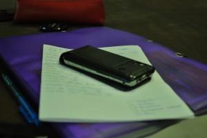 Papier et portable,  éléments de travail d'écriture et organisationnel